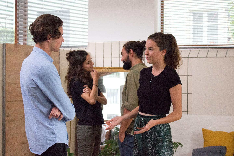 Studenten unterhalten sich während einer praktischen Übung in Gewaltfreier Kommunikation