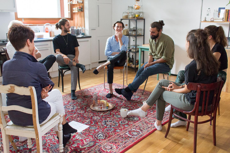 Teilnehmer tauschen sich über ihre Erfahrungen während einer Praxisübung aus